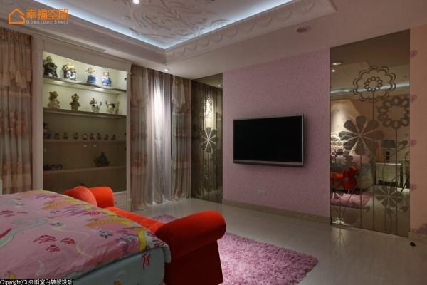 粉红色的电视墙两侧,喷花的茶镜藏起机能与动线,左侧更以线板框出收藏品的展示空间。