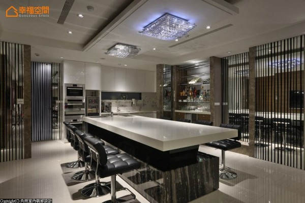 于镜面创造的多层次视感中,黑与白的中岛吧台餐桌、机柜与流理台、开放式的零食餐柜,完备厨房机能。