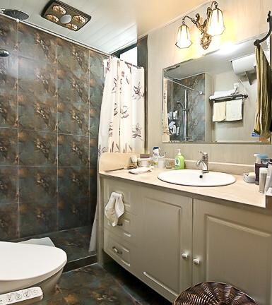 卫生间的门做成柜子造型,形成了隐性门的效果,匠心独运。深色古朴的瓷砖,在以浅色调为主卫生间装修里可是不多见的,显得神秘典雅,很漂亮。
