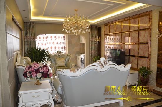 古典的欧式沙发组合加上水晶吊灯,让整个客厅充满华丽奢华之感,电视柜两边和沙发旁的绿色植物让整个客厅在华丽之中多了些清丽淡雅。石家庄城市人家装饰