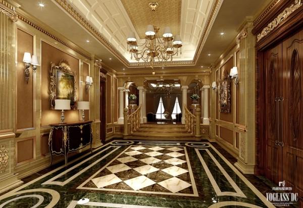 通过一楼的扶梯来到二层,首先引入眼帘的就是这条迷人的法兰西走廊。对称和谐的设计有着法式宫廷的严谨,规则的大理石地面和拱形的石膏吊顶拉长了空间的高度感,欧式的墙柱表明纯正的欧式别墅设计风格。