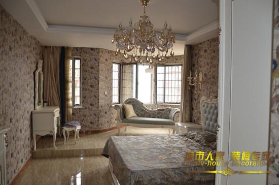 房间整体带着浓郁的欧式风格,在设计上加高了阳台,将阳台与房间做了一个小分割,二者既是一个整体又是独立的一部分 石家庄城市人家装饰