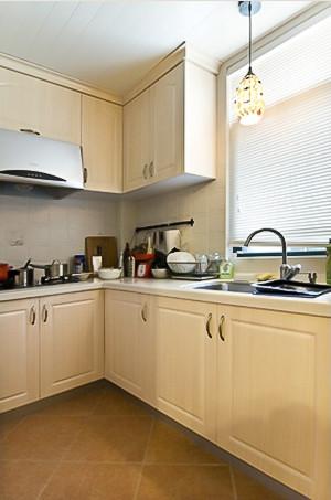 厨房处颇为清爽自然,白色吊顶,增加大量收纳空间的原木色橱柜和美观实用的复古地板、墙砖,都是经过精心设计、挑选和装修施工后的结果。而贝壳灯给本来以实用为主的厨房里增添了一抹吸引眼球的亮点。