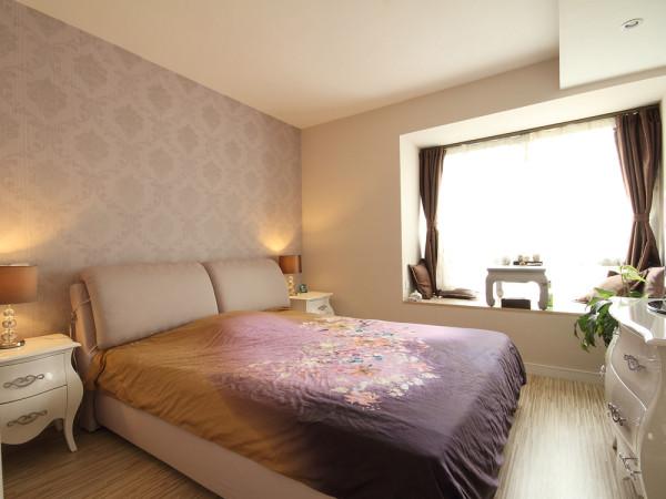 米色墙纸、欧式家具展现了欧式古典的轻漫,飘窗的设置使简单的房间充满了浓厚的小资情调。也将空间的合理设置和设计的人文巧妙的结合,不是华丽的装饰和搭配,却具有浓浓的温情。