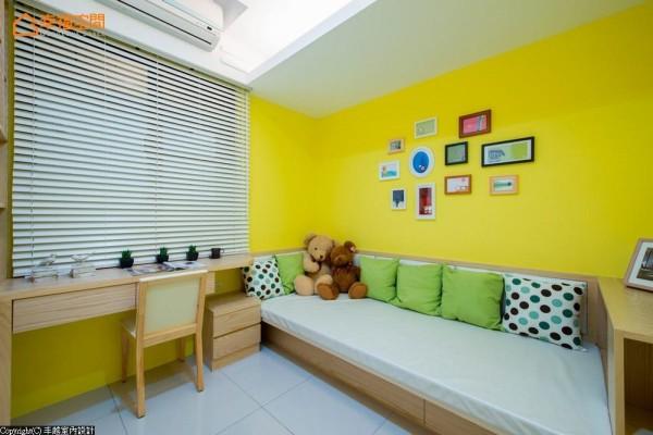 为汲取最大的使用空间,设计师订制188x250cm的床铺,符合小男孩的使用性,也兼具大型收纳的功能。