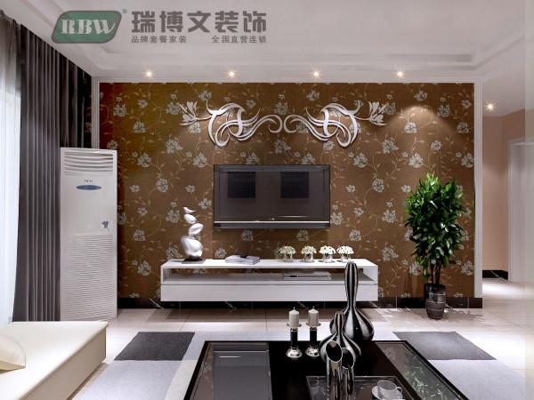 应老人要求,电视墙做的很简单,欧式石膏线做框架,用壁纸打底,上面用墙贴做了一个简单的装饰 。