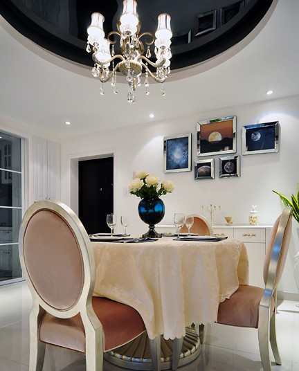 设计师从整体风格入手,营造餐厅的气氛,既服从整体家居风格,又有独立空间个性。