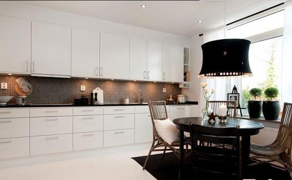 餐区区别于厨房整体的浅色调,小块的深色运用可以打造立体的空间感。