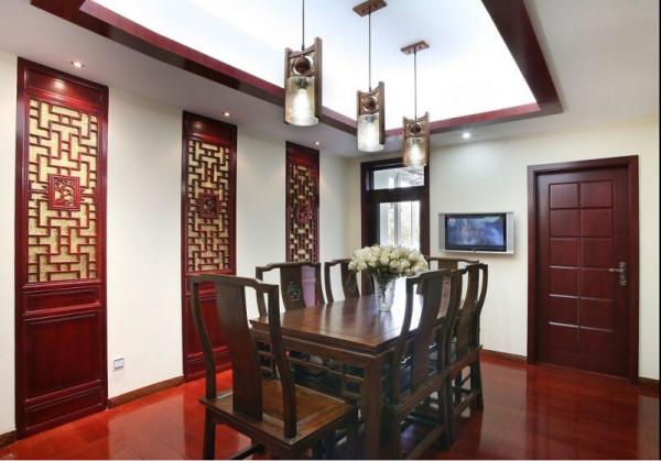 餐厅的墙身壁龛的窗格、背面镶嵌的金箔墙纸,中式就在于此。