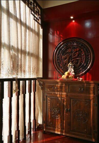 佛龛区使用了传统中国的正红色。