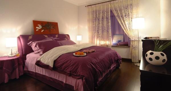 主卧室浅紫色的轻纱柔帐和紫色的床罩在灯光的映衬下让整个居室浪漫温馨,布艺材质的窗帘和深咖啡色系的地板衬托出卧榻的柔软和宽大。卧室有如梦镜般的恬静。
