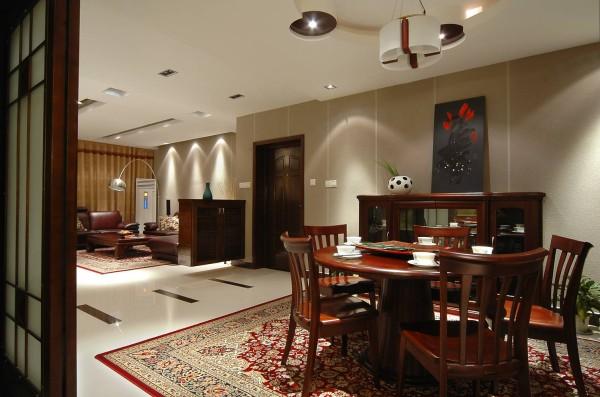 餐厅和客厅内采用暖色的墙纸和冷色的抛光砖形成对比,加上具有中国民族特色的地毯,体现了主人稳重的性格,以及内敛成熟的品位。置身其中,让人感受到一切都是那么的平静安详。