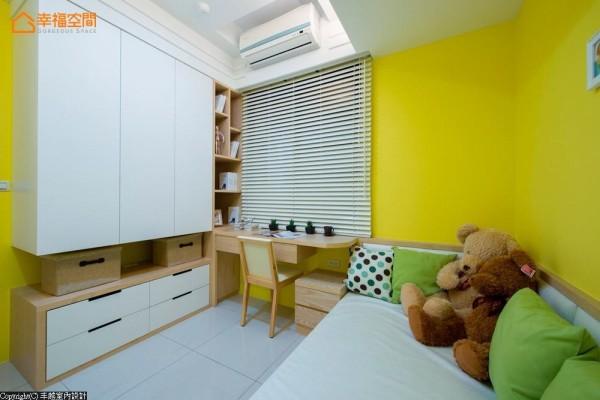 利用空间的格局,以木作结合了书桌、展示及收纳柜的功能,让机能性更加完备。