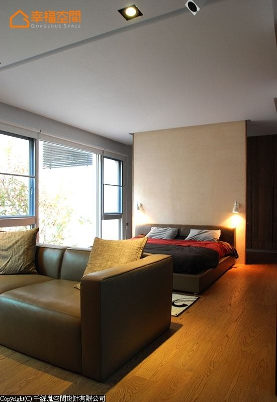 珪藻土电视主墙面以低度色彩分割了更衣与睡眠区块,将大主卧空间做了融合性表现。