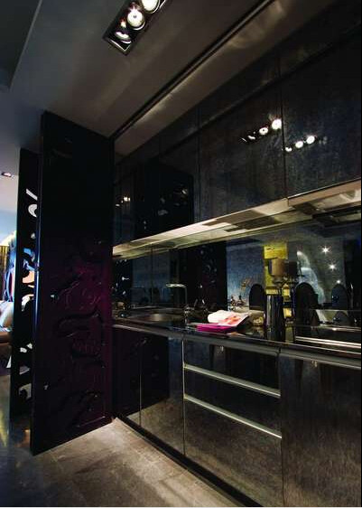那组节省空间的餐桌兼厨柜,和那扇特制的夹花玻璃推拉门连屏风构成一个完美组合。
