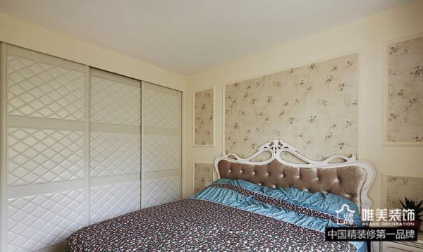 欧式软靠背大床,淡雅的碎花壁纸,菱形格子嵌入式衣柜,一切都是那么高雅大气,仿佛进入的是哪个王室贵族的卧房。