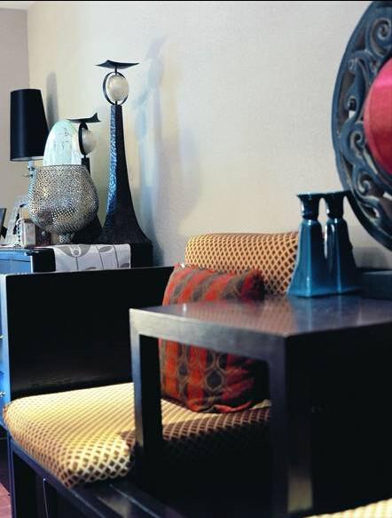 类似传统儒生形象的装饰品傲立在坚实的桌面上,仿佛它也是有性情的,要高瞻远瞩拒绝流俗。