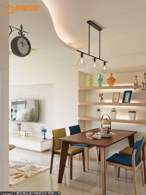 浅色表示层架搭配线条简约的深色木桌,加上色系饱和鲜亮的餐椅配置,打造清新明亮的餐厅。