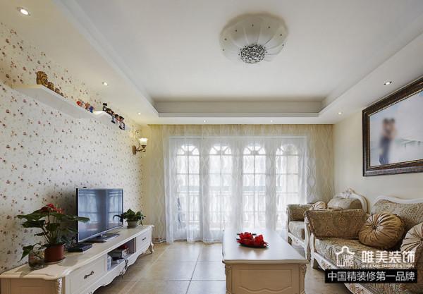 曼妙的纯白色白纱窗帘,小碎花电视背景墙,大气的欧式沙发相结合,客厅高雅大方。电视柜和茶几都是纯白色优雅古典造型,相得益彰。