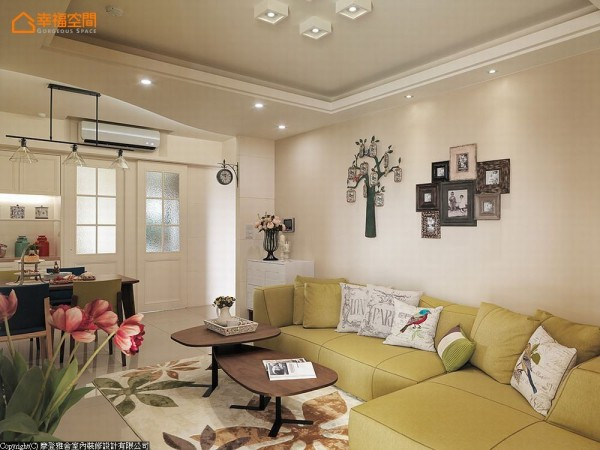 透过相框组构以及回忆树的概念,在墙上织构有温度的生活风景。