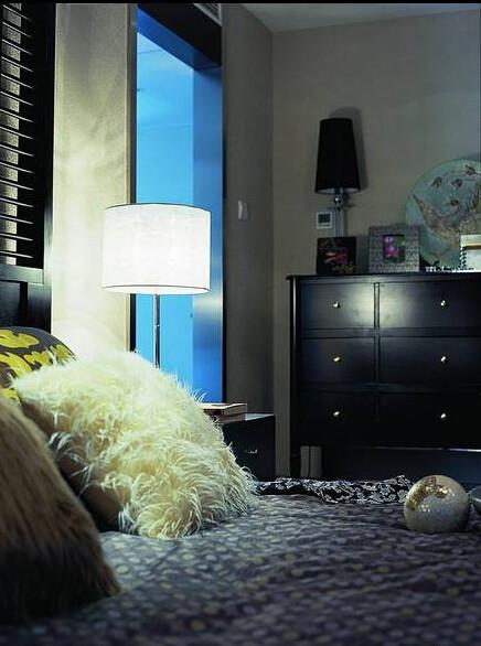 灯罩的色调和形式的的选择上与床单形式上寻求统一。