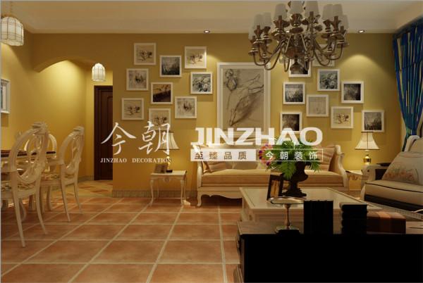 选用美式乡村风格常用的土褐色,搭配花卉布艺,和谐氛围中体现品质感和历史价值感。马赛克垭口成为整面电视墙的亮点,用细节点缀突出了整个房间的异域风情。