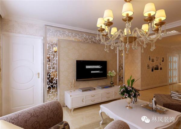 客厅棚面整体采用欧式成品石膏线,在不影响举架的前提,用最直接的欧式符号来体现整体风格,电视背景墙的印花镜片是一亮点