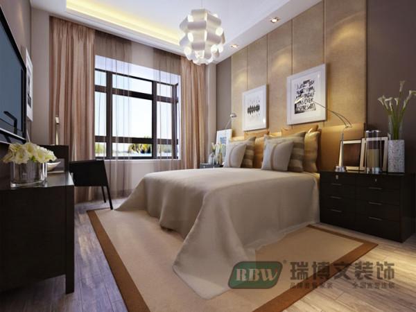 在主卧图中,主要表现了舒适的休息睡眠空间以舒适实用为主,地毯和地板的结合,柔和了整个空间的色调,增加了温馨的暖意。床头造型和色漆的搭配,让人在睡眠的时候感觉踏实。