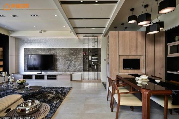 推演完美而精致的生活态度,电视墙面使用大理石与银箔来铺陈,构织出低调的奢华质感。