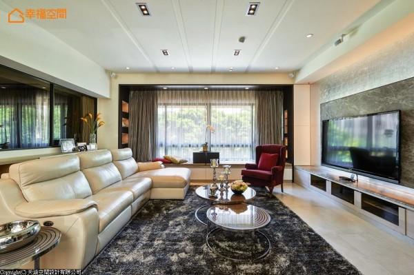 设计师运用轻浅的色调与大面开窗,诠释出屋主所希望的明亮与透明感。
