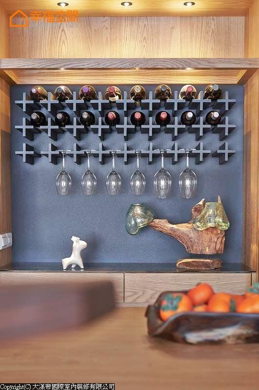餐厅的酒柜是一道美丽的端景,十字型的陈列架让酒瓶与酒杯可以恣意展示优美线条。