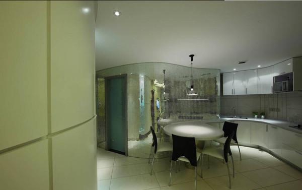 玻璃马赛克的墙面让餐厨空间凸显着现代的造型。