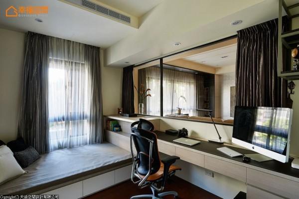 穿透式书房可借着电动卷帘划分外部空间;窗下的卧榻更具备加大单人床的尺寸,可以做为收纳与客房使用。