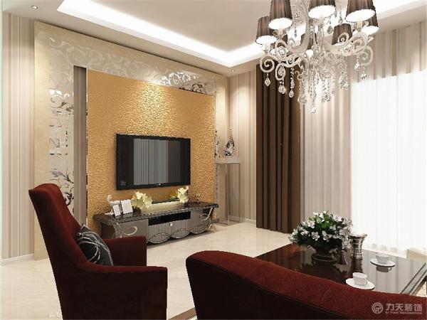 电视背景墙采用拼花玻璃和金箔相搭配,使空间看起来增大不少。餐厅同样采用和客厅相同的壁纸,与客厅相呼应。用木色和绿色的挂画做为点缀。