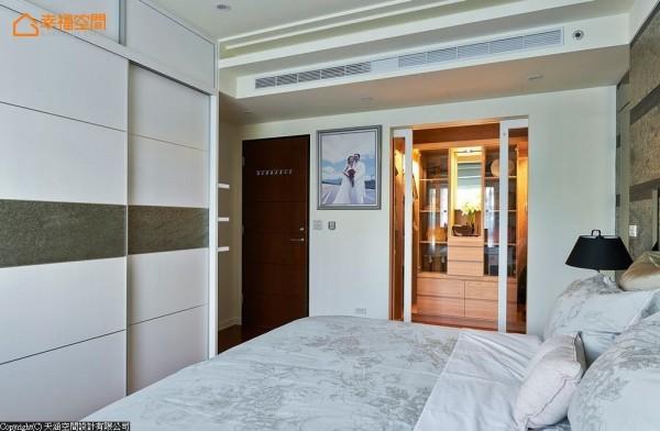收纳是本案的重点之一,主卧床尾设计有一字型的衣柜,柜面腰带使用云母石来点缀;另一侧更配备ㄇ字型的独立更衣室,大大满足屋主大量的收纳需求。