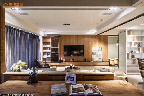 书房与客厅则以清玻做为区隔,藉由穿透性让视觉延伸放大,让生活拥有更多的自在。