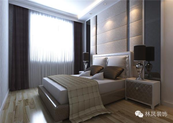 整体空间都是以灰色为基调进行装饰设计的,所以在卧室的空间选择了较深色的壁纸和硬包,整体地面采用木色地板,突显卧室的奢华与舒适性。