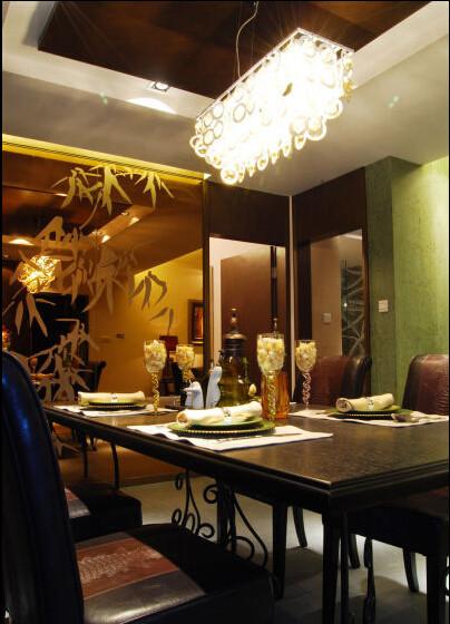 巧妙的利用茶镜暗藏了鞋柜,扑面而来的绿色纹理墙面带来宁静的震撼。