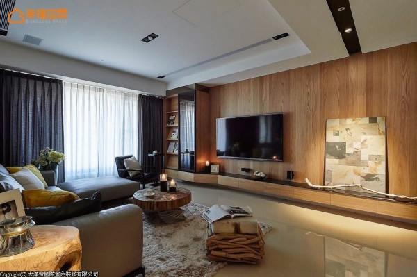 电视主墙使用橡木木皮,让氛围增添舒适感,并以折线造型的机柜台面来表现律动感。