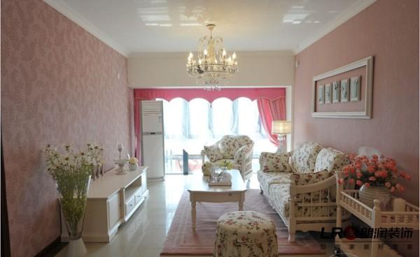 清新唯美的客厅布局,造型简单得几乎没有,但是设计师巧妙的把每一种色调运用到极致,把颜色作为最完美的装饰品。