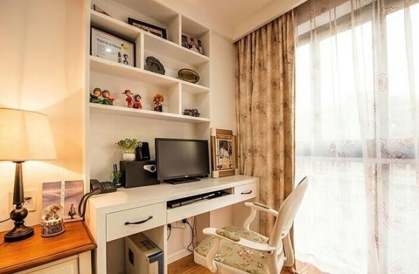 在卧室的一角摆上这么一个办公区域很是实在,所谓休息工作俩不误。在格局上,书柜的分割是不规则的,自由许多,但很是和谐。