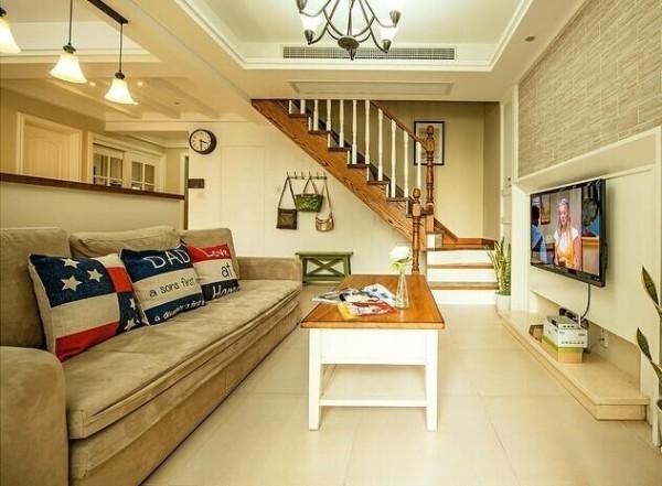 黄色为主调,看上去居家又温馨。天花板的微微倾斜,给人一种在屋顶就餐之感。双层的窗帘,细想周到,白色纱质更添浪漫。