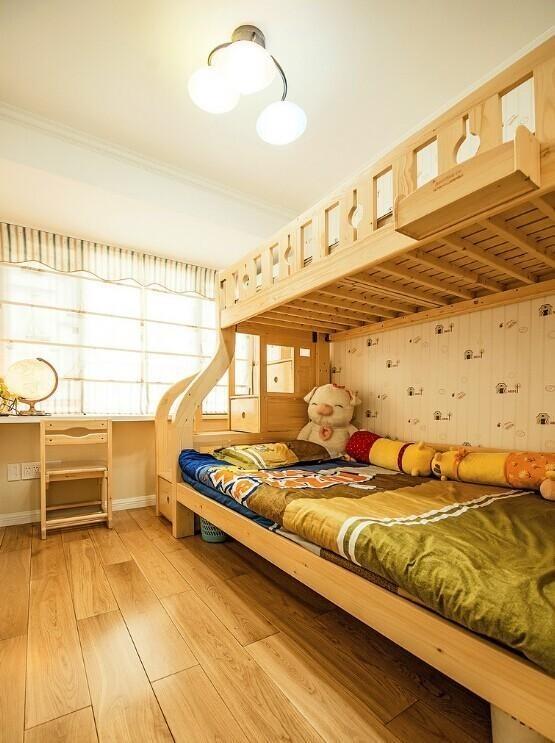 儿童房间采用的原木素材很多,很是环保。天花板上的灯使用三个小灯,能使整个房间都很通亮。窗帘很具有特色使得房间都干净明亮。