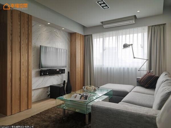 运用梁下深度规划电视墙与双边收纳柜,兼具美观与实用机能。