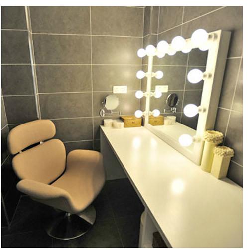 简约的造型,干净的颜色。足够宽的化妆台面给与化妆清洁用品足够的存放空间,镜子边缘特设保护,提高使用功能。