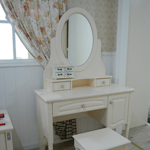 选用高级水银镜,镜面效果清晰。椭圆的镜面和长型化妆台相得益彰。化妆台自带抽屉柜可将小物品很好收放起来。