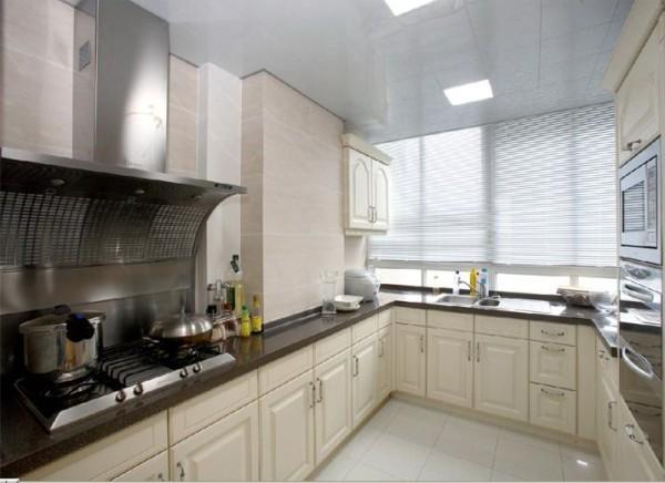 在温馨的家里,不需要繁琐,不需要华丽,简洁、大方的风格更适合平时忙碌的业主。简单的壁纸,使客厅更加简洁、大方。
