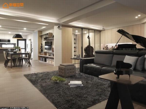 以客厅为轴,将空间简单分为三区,从事休闲活动的书房与练琴区、开放式的餐厨区与电视主墙旁通往卧房的动线。