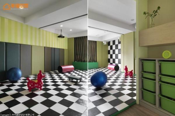 为家中儿童设计的游戏空间,以棋盘方格与绿色渐层设计,墙面与地坪皆以软垫包覆,防止游戏时的碰撞。