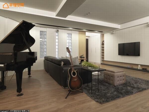 无自然采光的客厅空间,仅有整面的玻璃砖墙引光,设计师局部贴覆白色板材,修饰过于老派的立面造型。